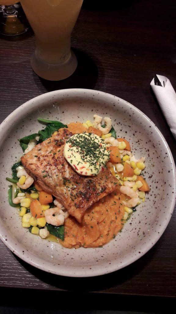 Salmone con gamberetti, verdure e pure di carote